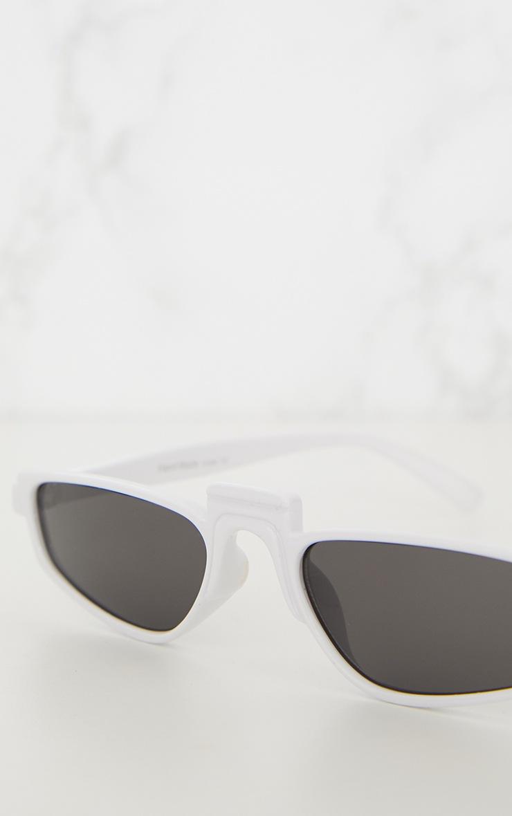 Lunettes de soleil rétro blanches à monture fine  5