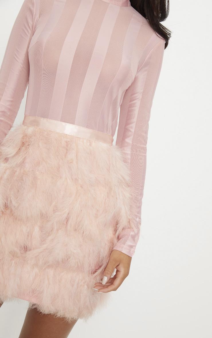 Robe moulante rose cendré avec partie jupe en plumes 4