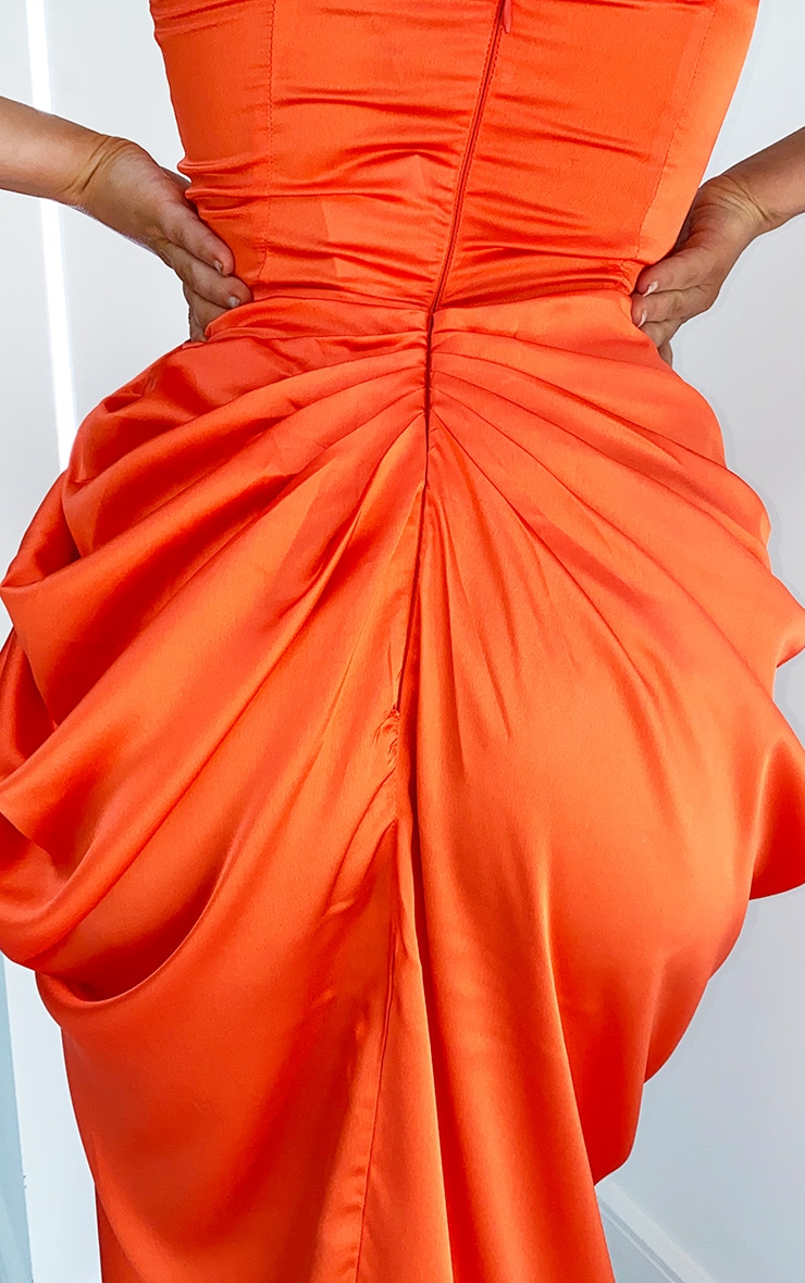 Robe satinée mi-longue à corset et jupe froncée orange vif 4