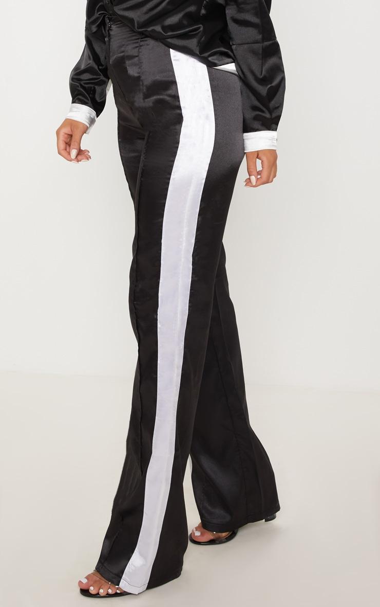 pantalon ample satin noir bande contrast e blanche pantalons prettylittlething fr. Black Bedroom Furniture Sets. Home Design Ideas