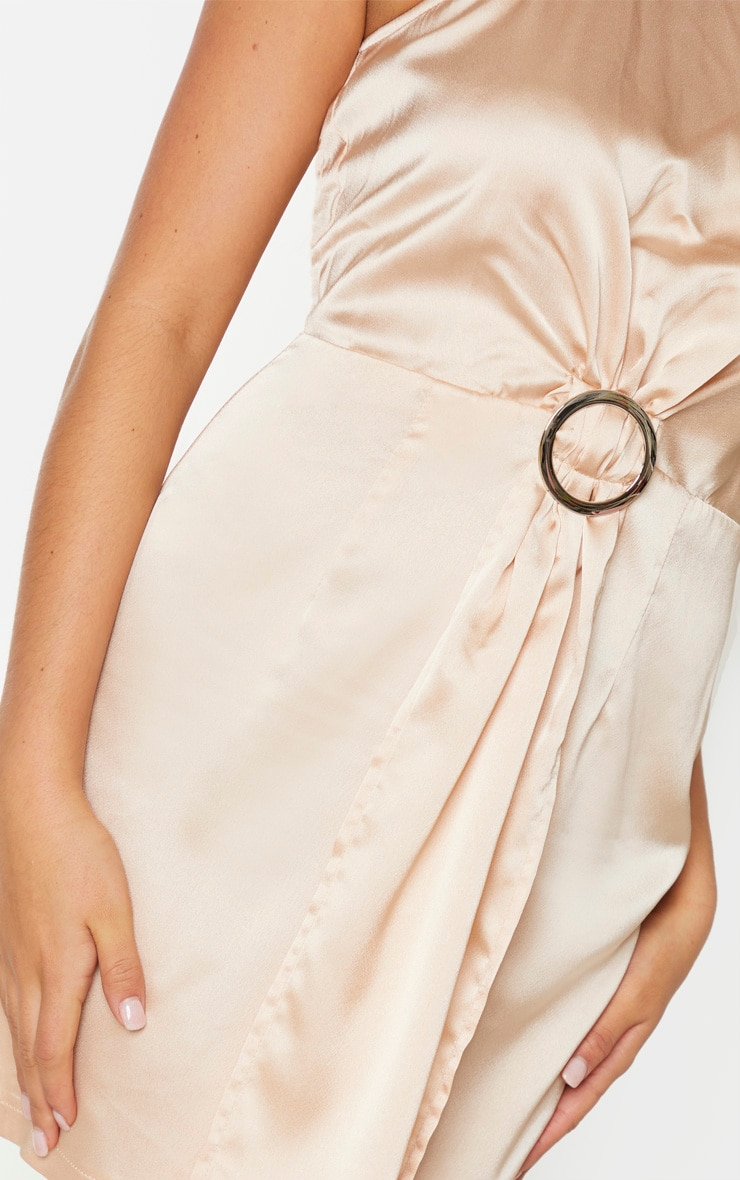 Robe moulante champagne satinée drapée à détail anneau et col haut 4