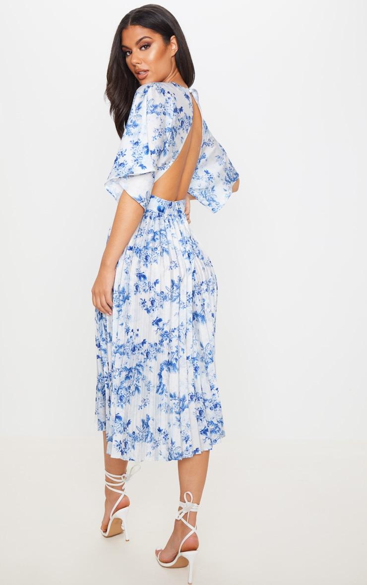 Robe mi-longue plissée à dos ouvert et imprimé floral bleu pastel 2