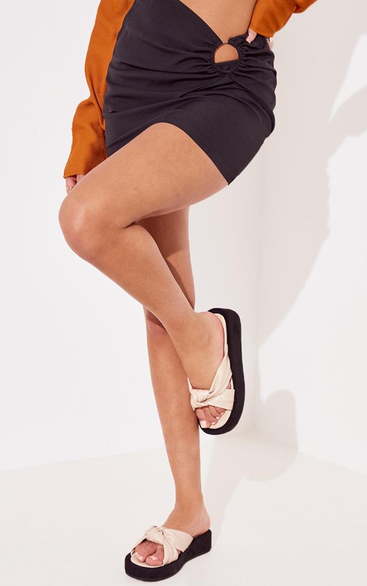 Sandales plates en similicuir beige à brides nouées 2