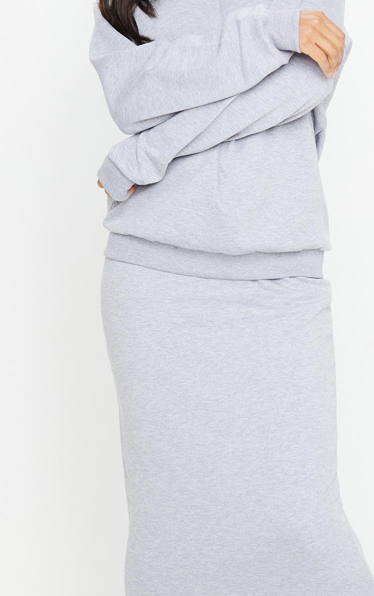 Ensemble gris à sweat ras-du-cou et jupe mi-longue 4