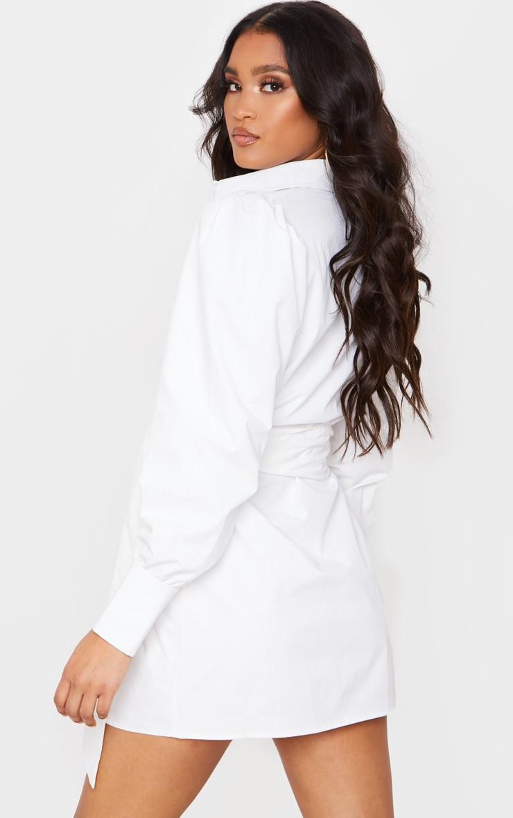 Robe chemise blanche à longues manches bouffantes et ceinture  2