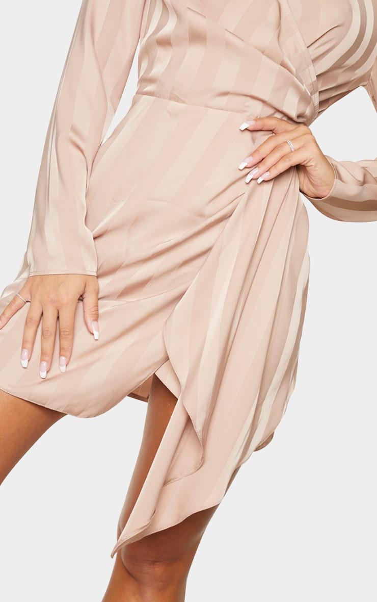 Robe moulante rose cendré drapée à rayures et col haut 4
