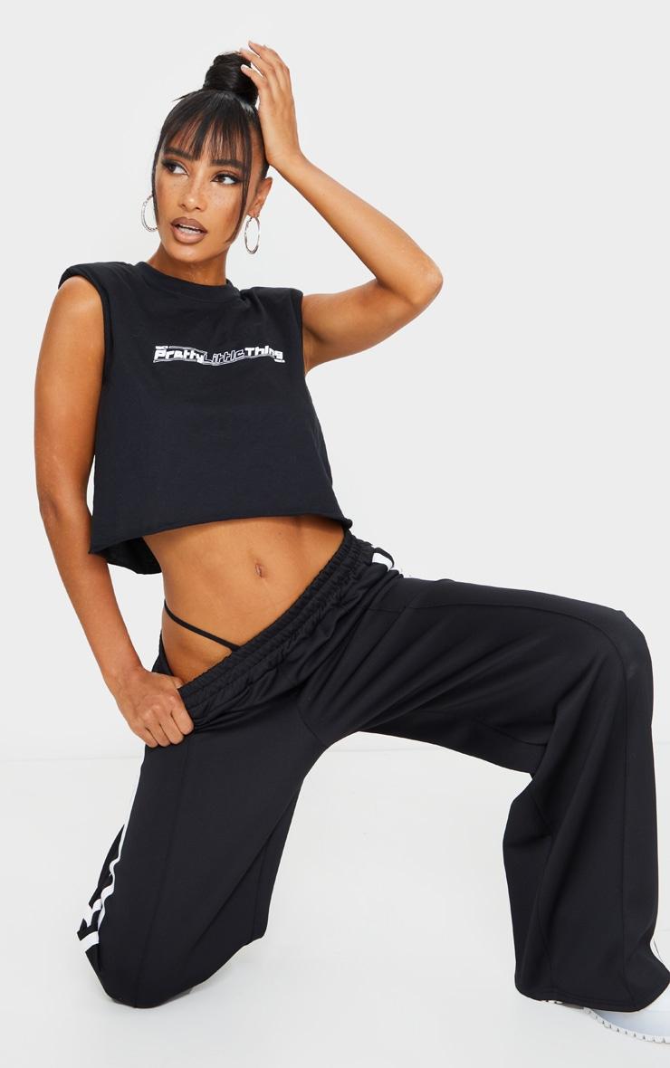 PRETTYLITTLETHING - T-shirt court noir à épaulettes et slogan 3