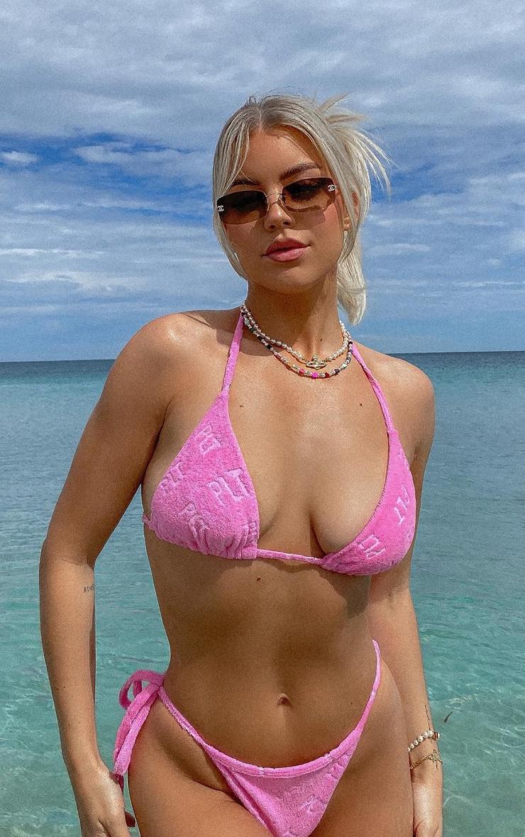PRETTYLITTLETHING - Haut de bikini éponge rose à slogan en relief  1