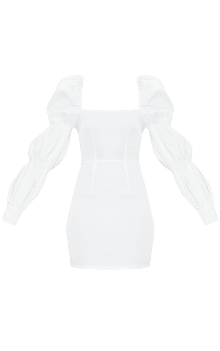 Robe moulante structurée blanche satinée à épaules bouffantes et manches froncées 5