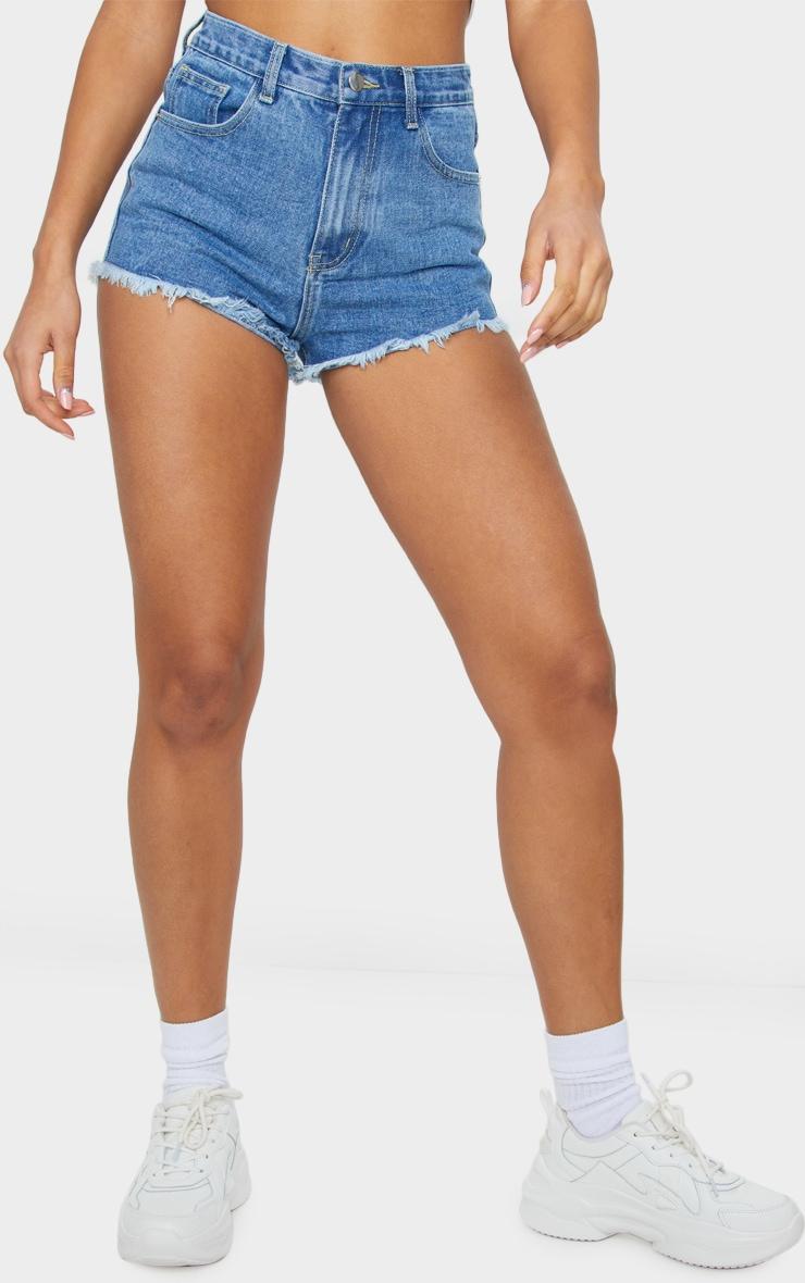 PRETTYLITTLETHING - Short en jean bleu délavé déchiré à ourlet effiloché 3