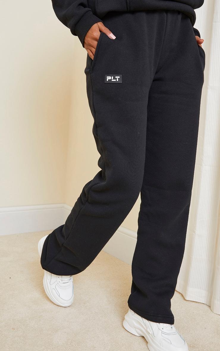 PRETTYLITTLETHING - Jogging droit noir à détail badge 2
