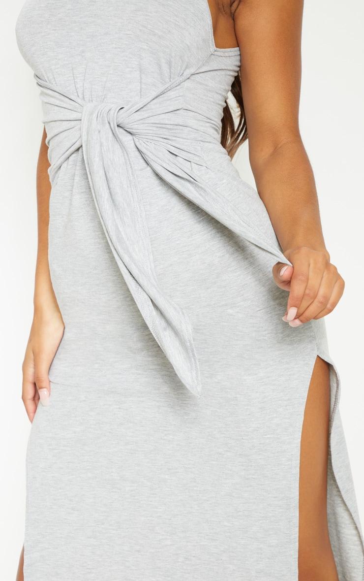 Robe mi-longue grise sans manches nouée à la taille 5