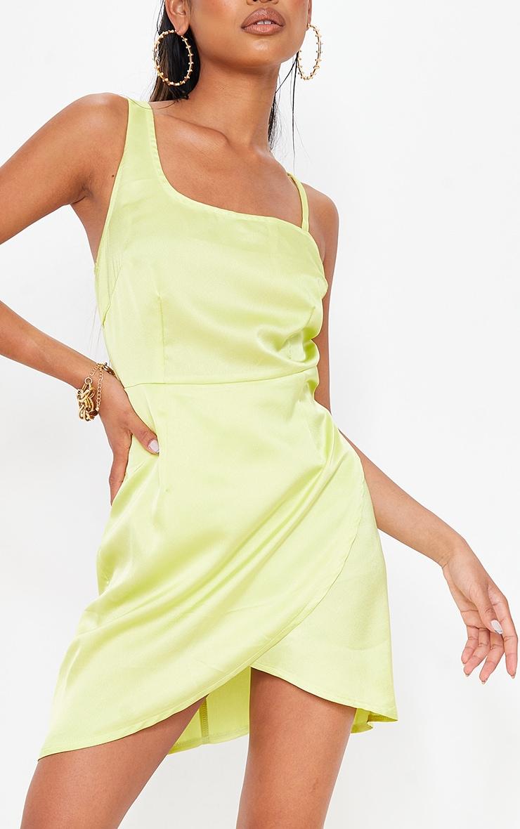 Robe satinée vert citron asymétrique à col bénitier et jupe portefeuille 4