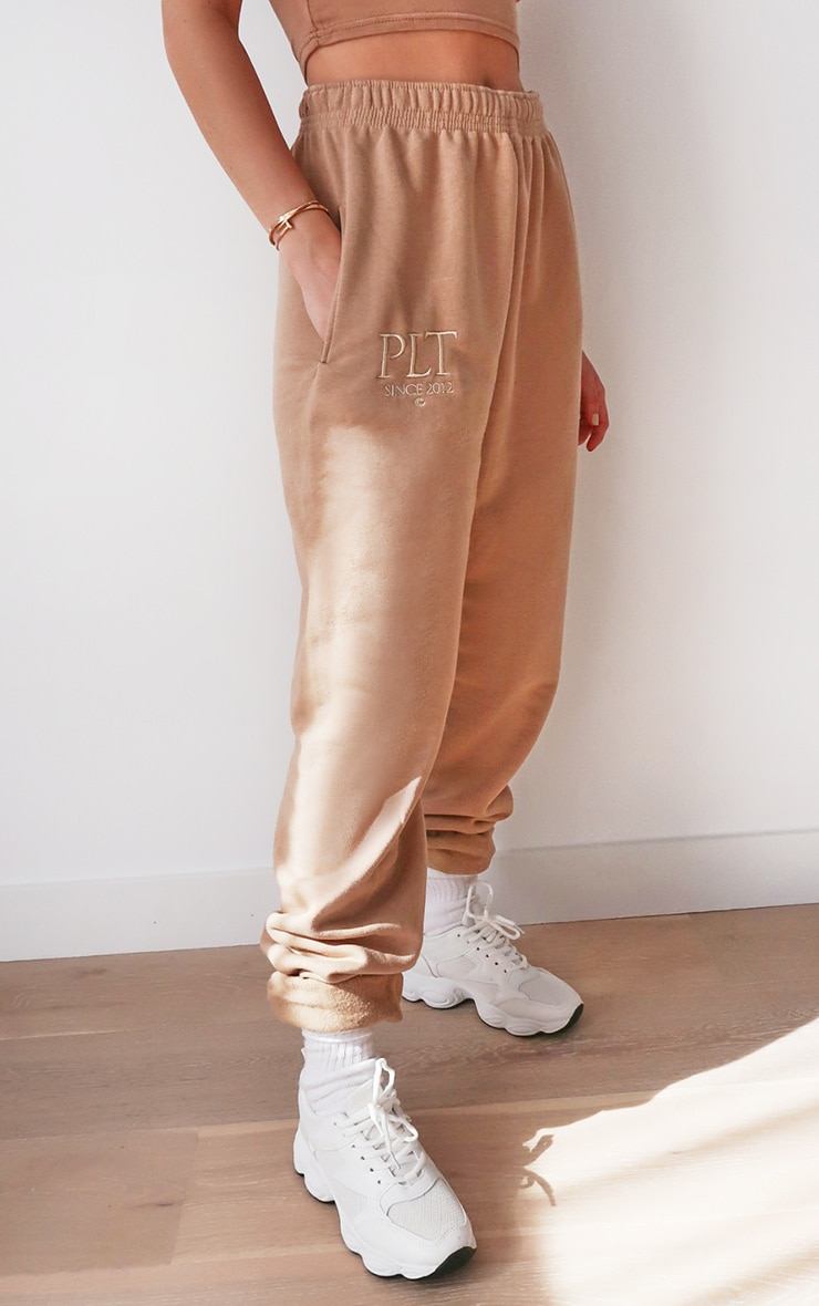 PRETTYLITTLETHING - Jogging casual taupe à slogan Established 2