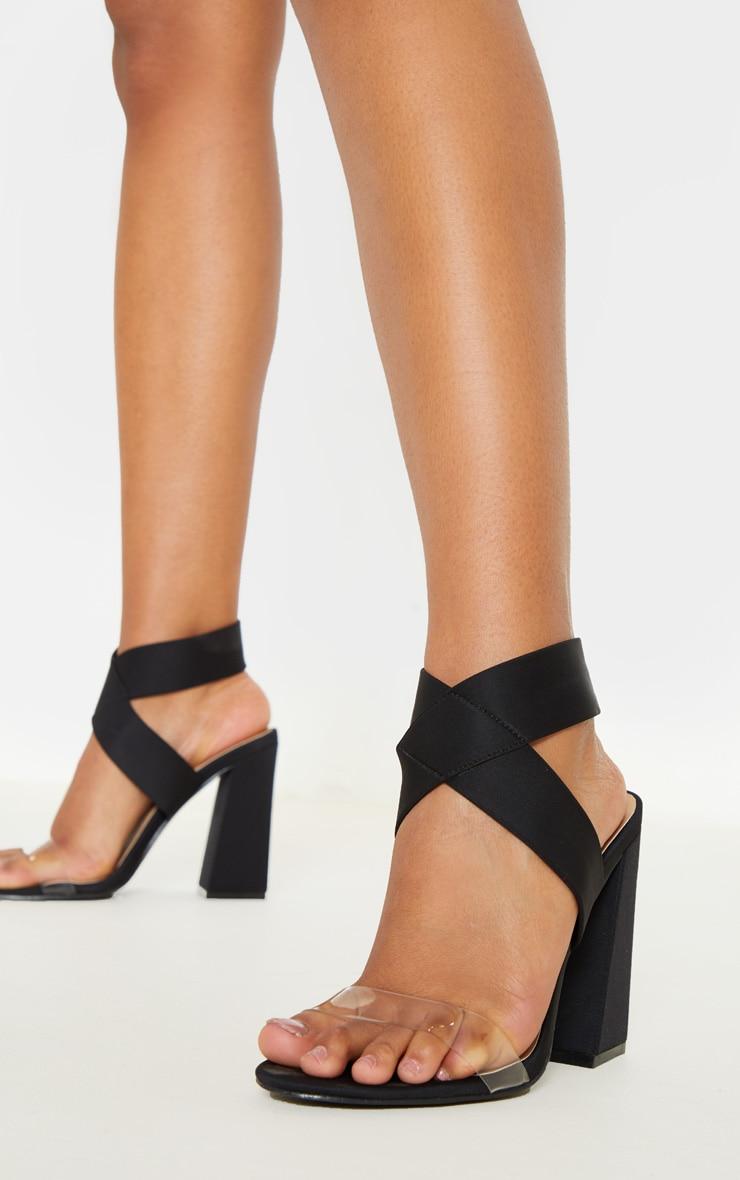 Sandales noires à gros talon et larges brides élastiques  2