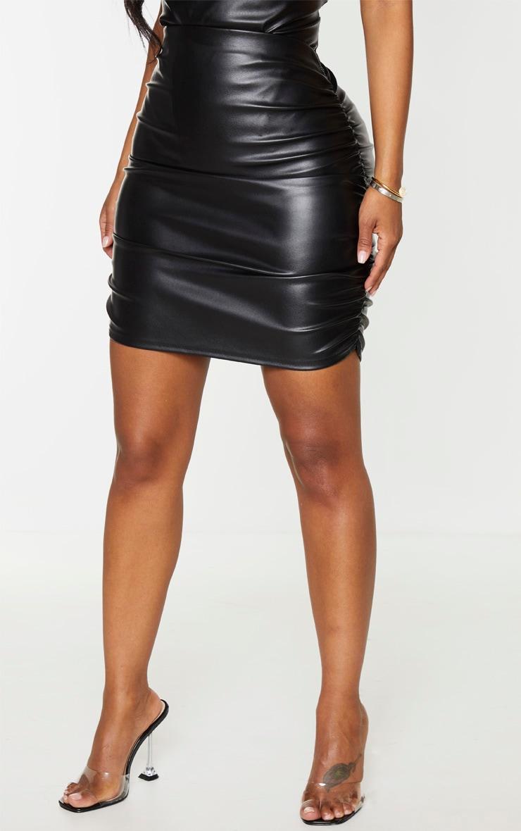Shape - Jupe moulante noire en similicuir froncée sur le côté  3