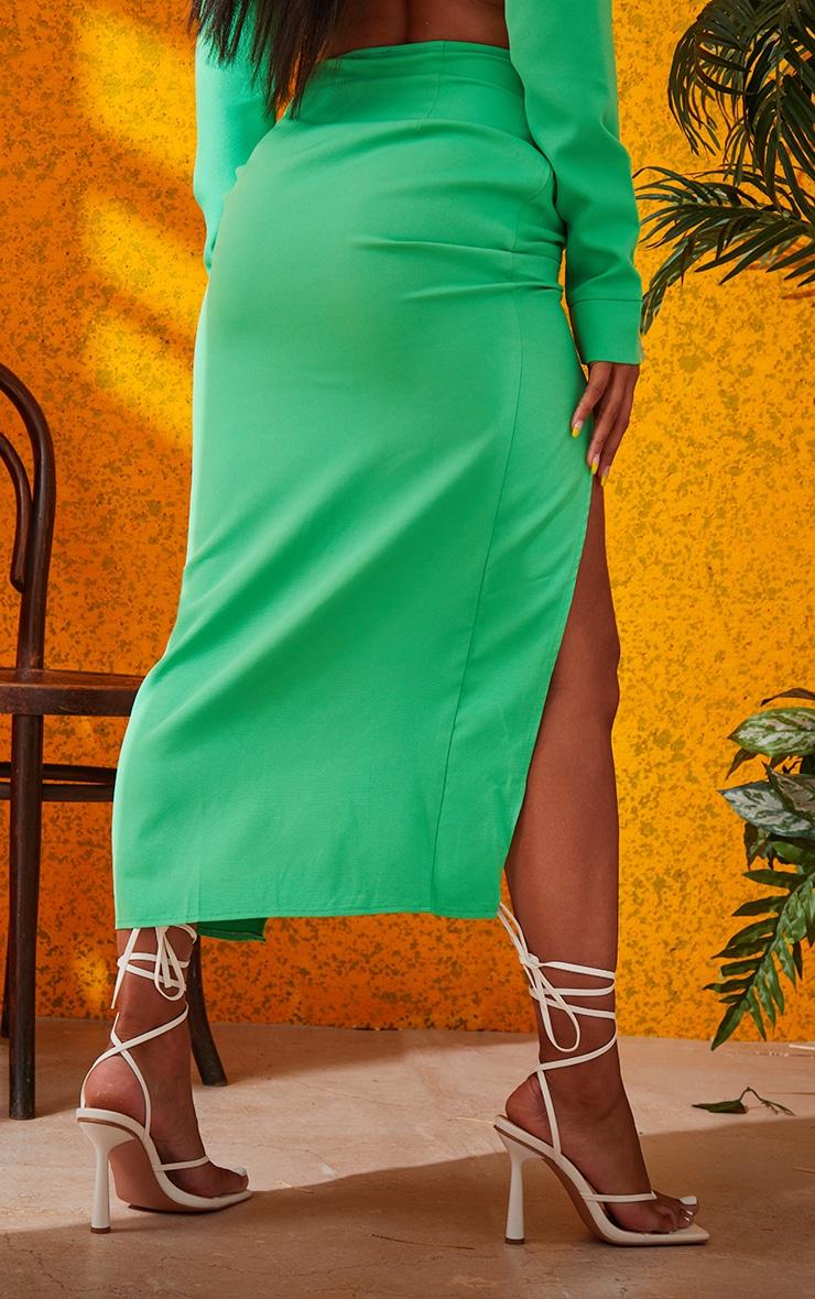 Jupe mi-longue fendue vert vif en maille tissée froncée à devant noué 3
