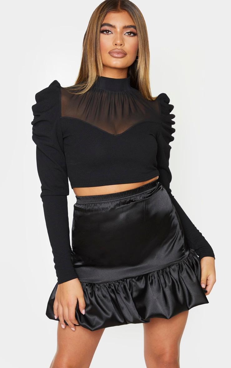 Mini-jupe satinée noire à ourlet volanté 1