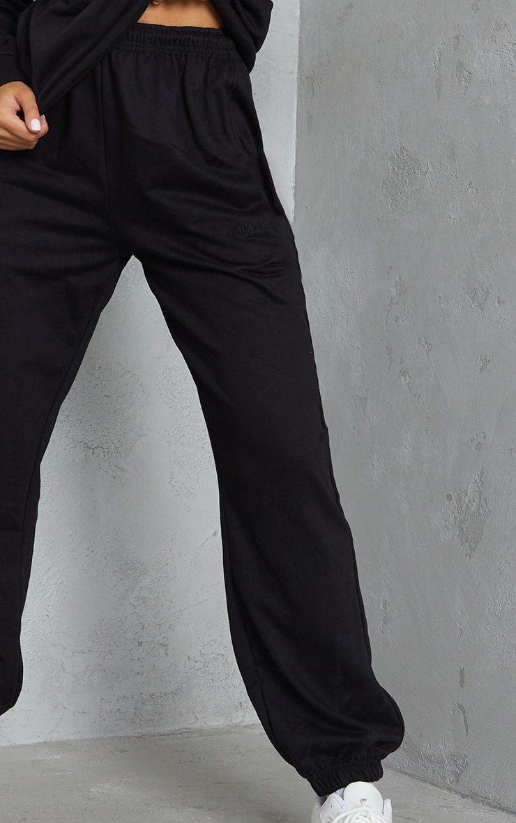 PRETTYLITTLETHING - Jogging resserré noir brodé à taille haute 4