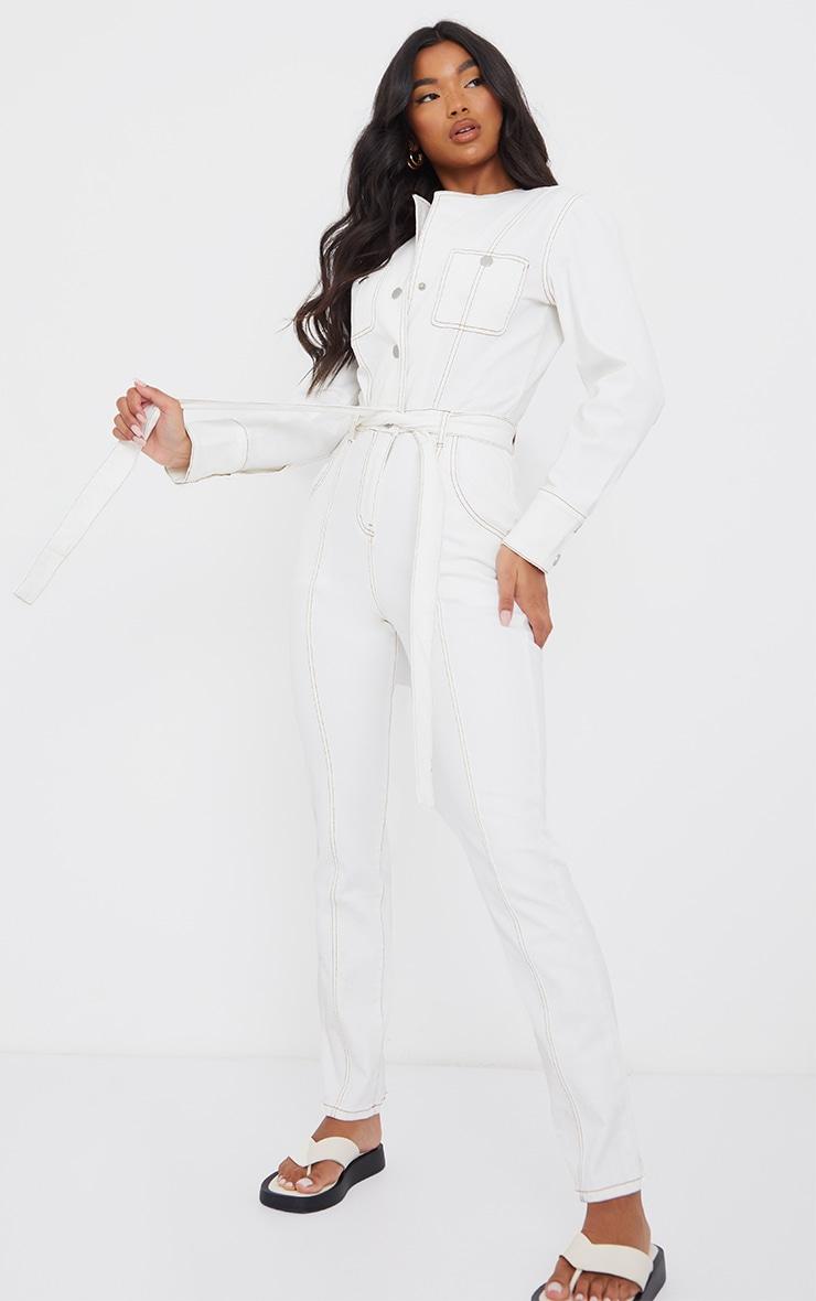 Combinaison en jean écru à ceinture et coutures contrastantes 1