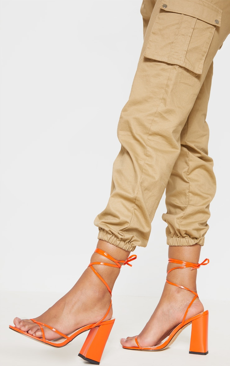 Sandales orange à gros talon et bride orteil montante  1