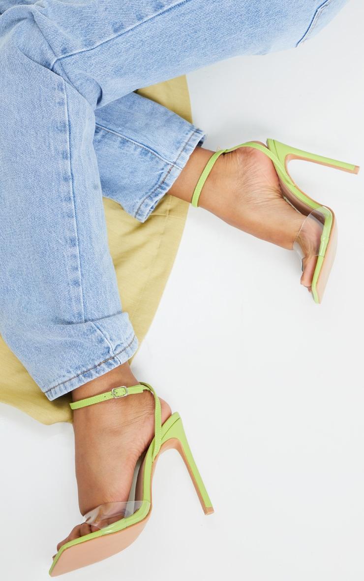 Chaussures très carrées vert citron à bride transparente et talon 1