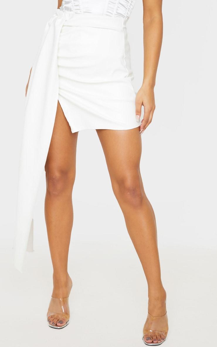 Mini-jupe en similicuir blanc  à détail très drapé 2