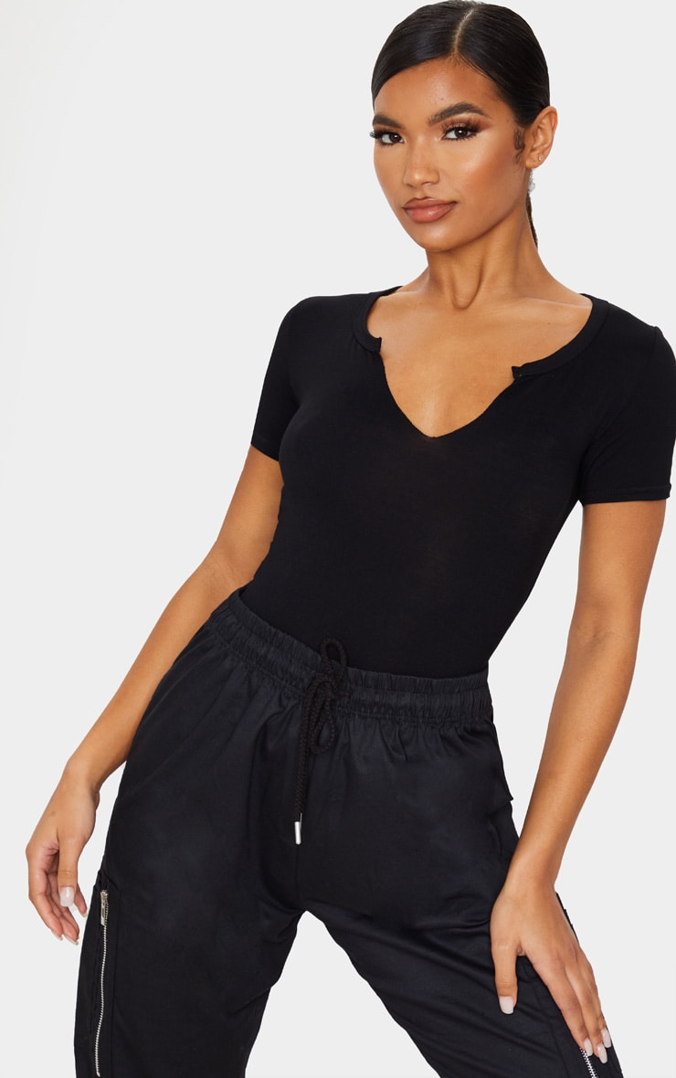 T-shirt en jersey noir à col en V et manches courtes 1