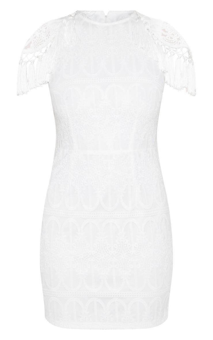 Robe moulante en dentelle blanche avec ├®paulettes ├á pompons 3