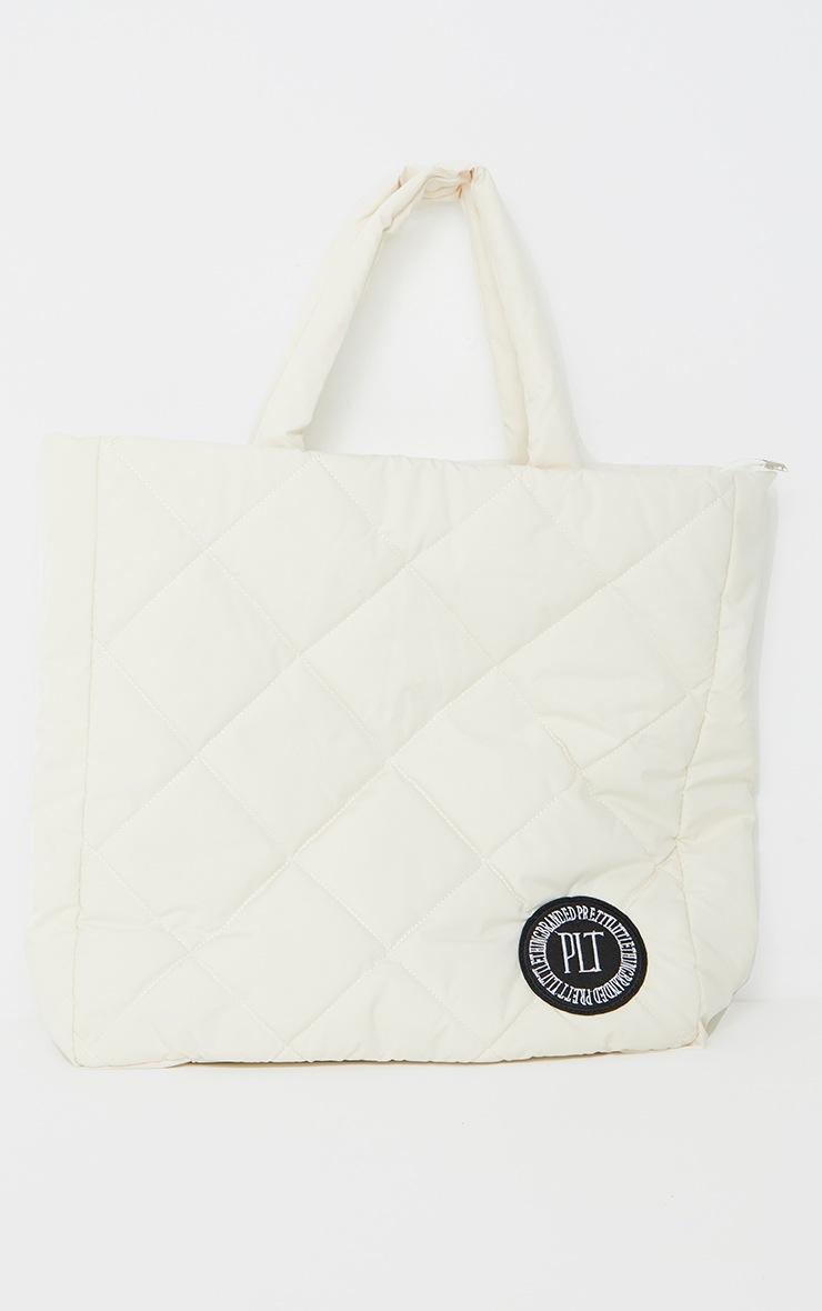 PRETTYLITTLETHING - Tote bag oversize en nylon matelassé crème à détail badge 2