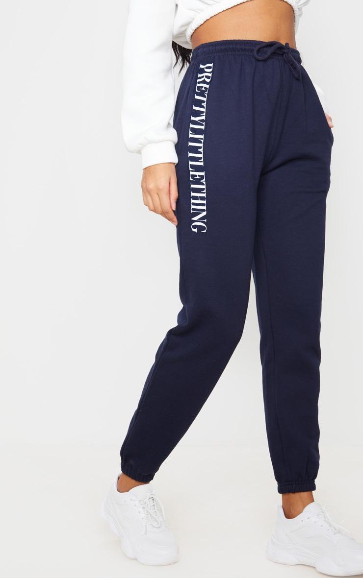 PRETTYLITTLETHING - Jogging bleu marine à slogan 2