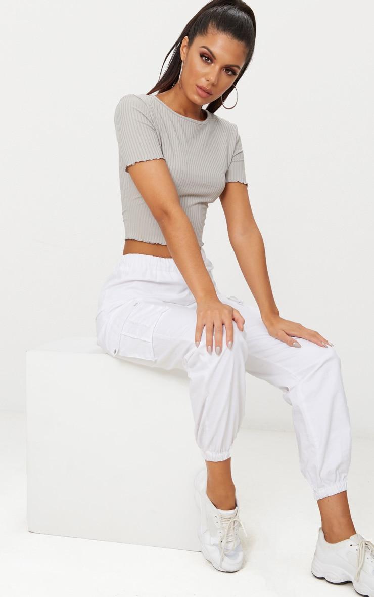 Crop tee-shirt gris côtelé à bordure volantée 4