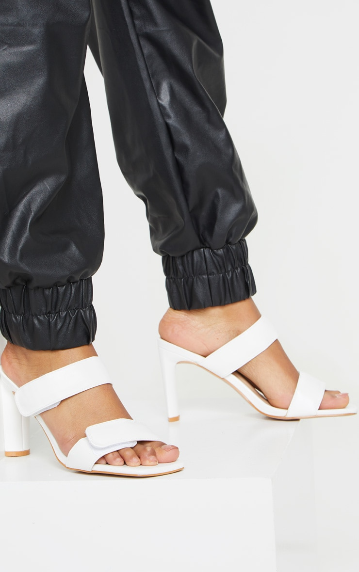 Mules blanches carrées à doubles brides Velcro et talon moyen 1