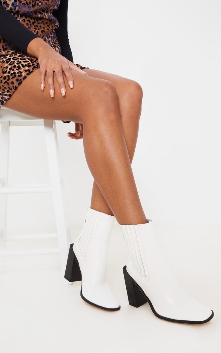 Bottines blanches carrées style western effet croco à talon bloc  2