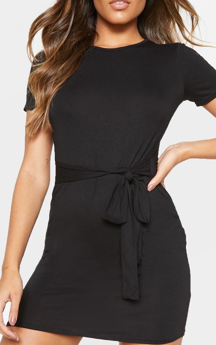 Robe t-shirt noire à détail lien sur la taille 5