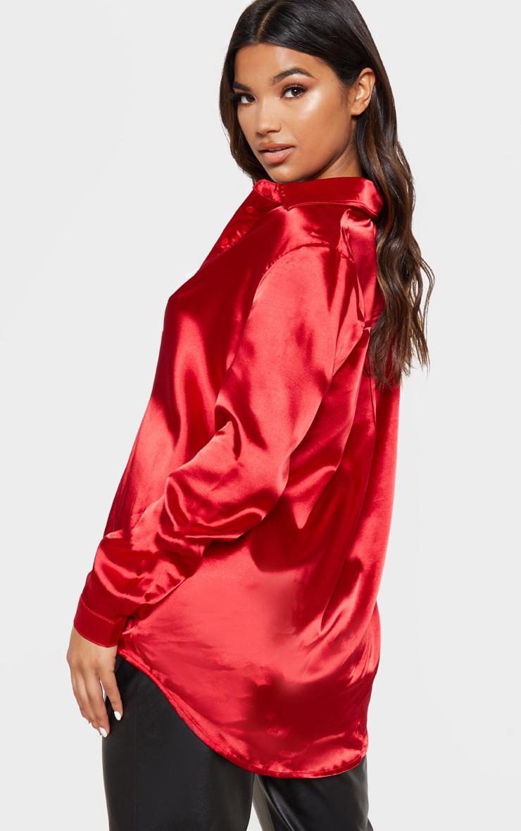 Chemise satinée rouge boutonnée devant 2