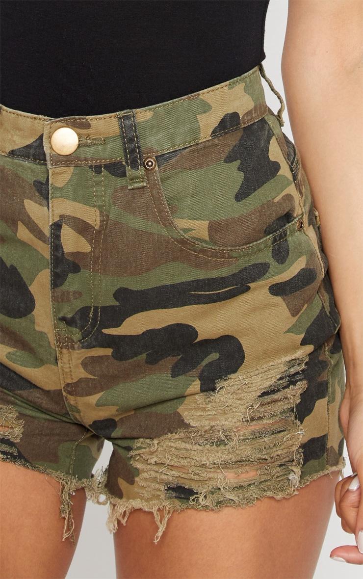Short en jean imprimé camouflage vert très déchiré 6