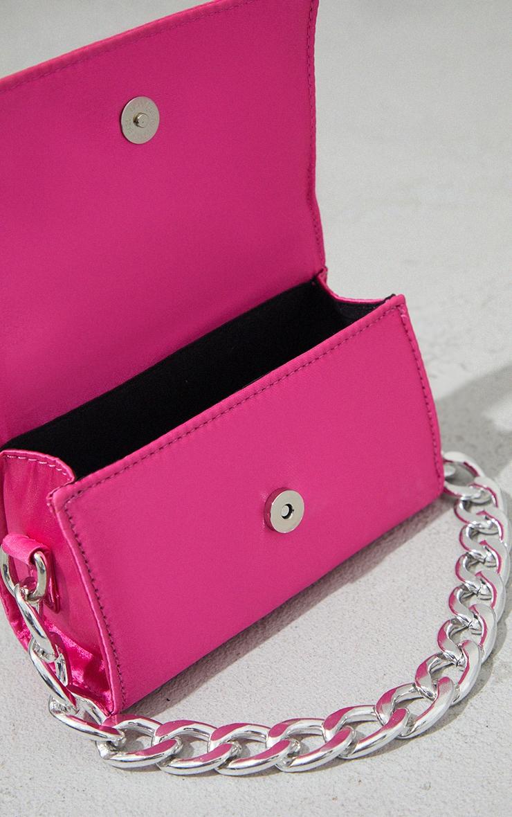 Mini-sac rose vif satiné à chaîne argentée 4
