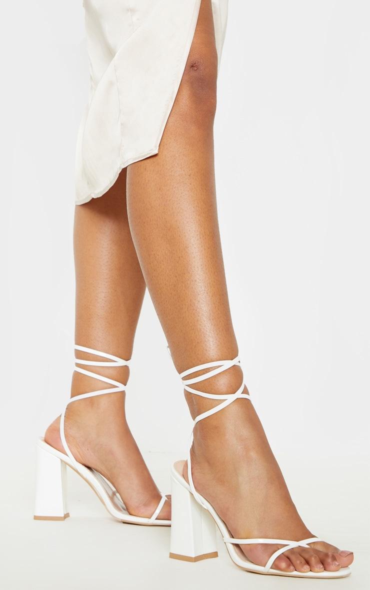 Sandales blanches à gros talon et bride orteil montante 2