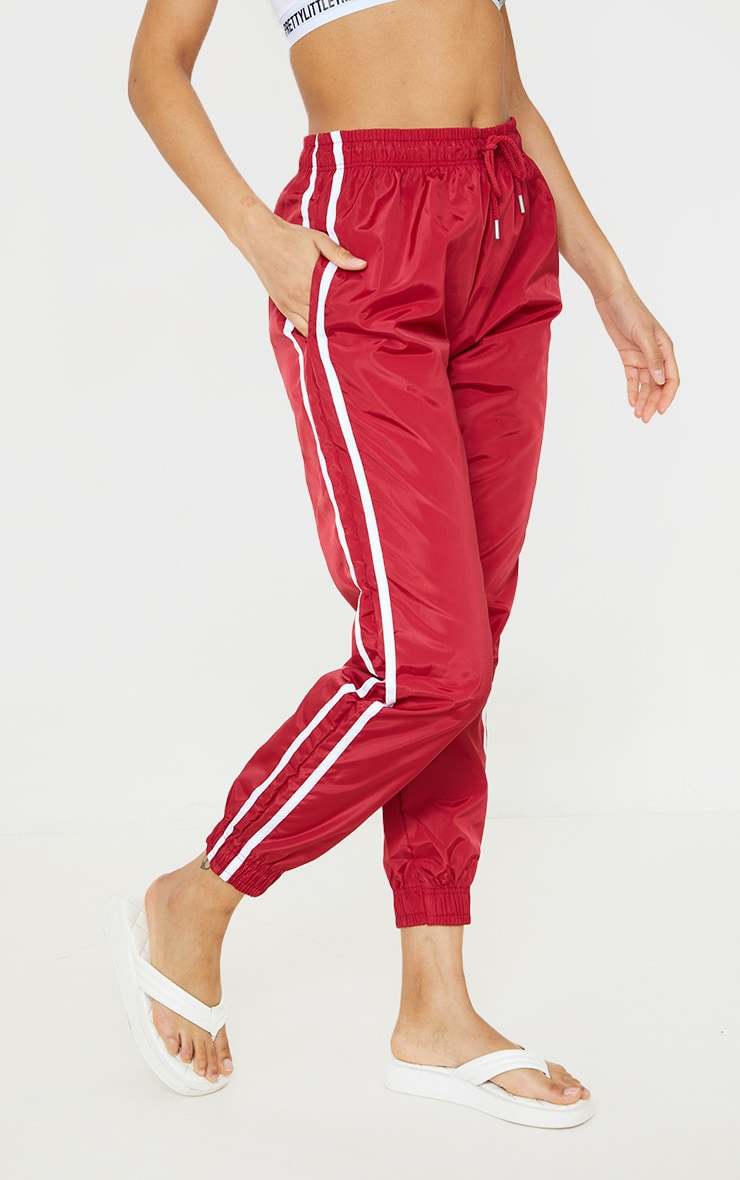 Jogging souple rouge à bandes latérales 2