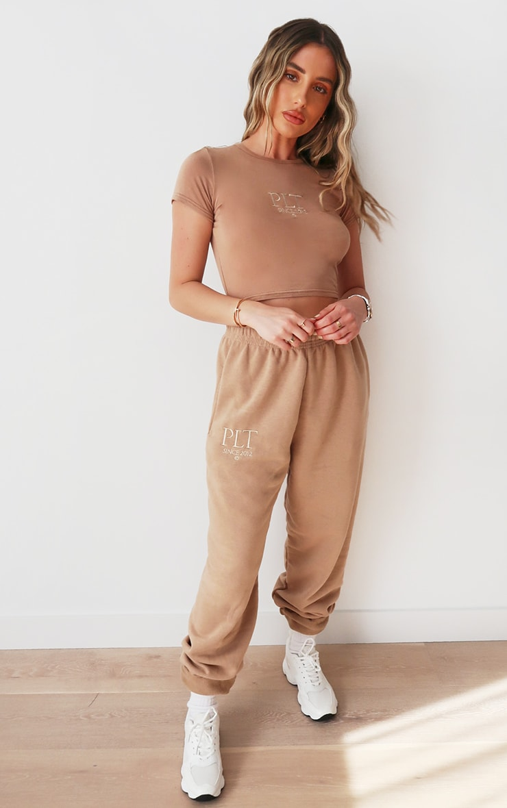 PRETTYLITTLETHING - Jogging casual taupe à slogan Established 1