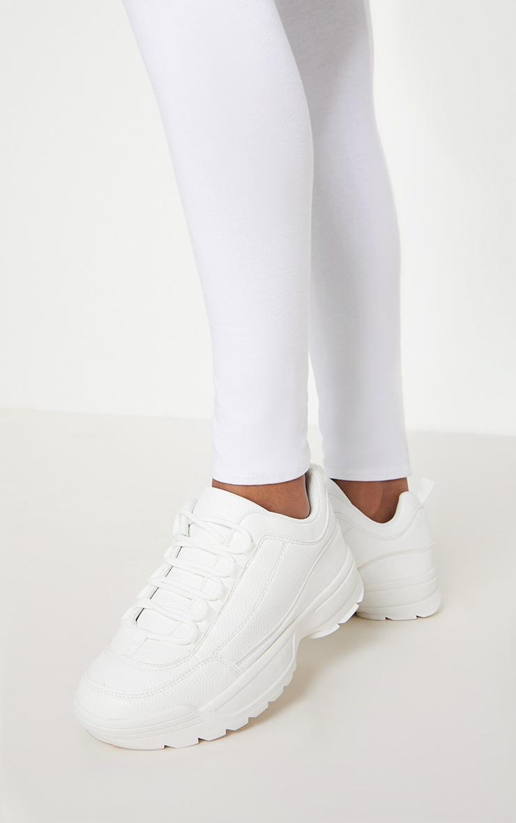 Baskets blanches à crampons et semelle épaisse 1