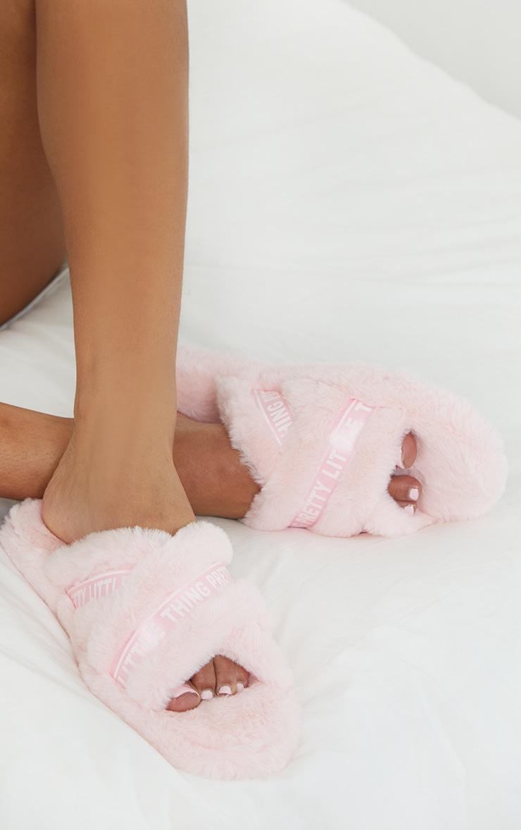 PRETTYLITTLETHING - Pantoufles roses à brides croisées et bandes logos satinées 1