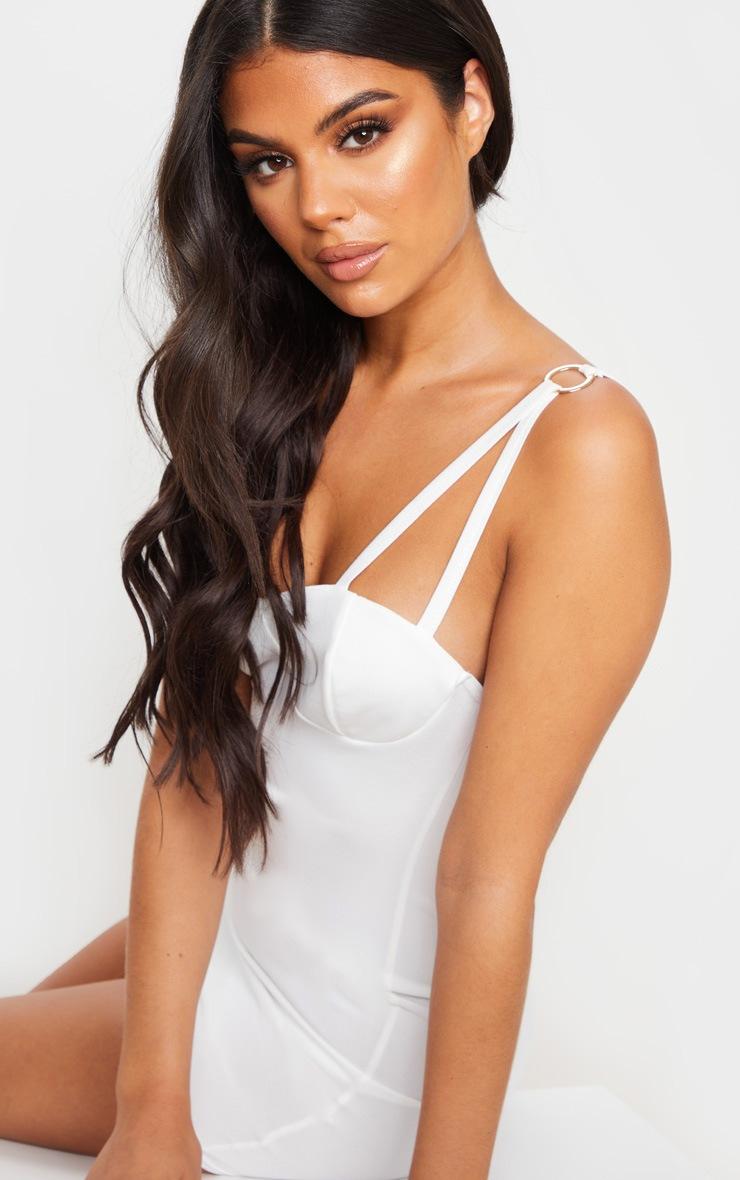 Robe moulante blanche à bretelles dédoublées et anneaux 4