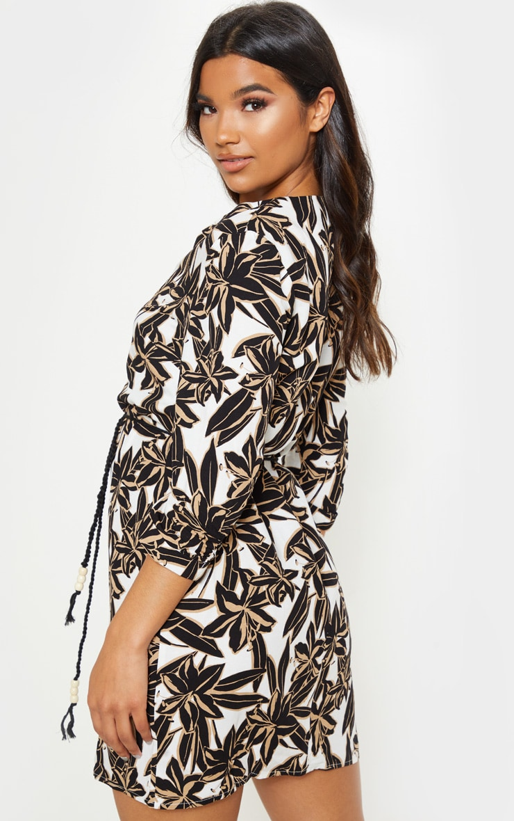 Robe droite blanche imprim tropical boutonner robes prettylittlething fr - Adresse mail reclamation blanche porte ...