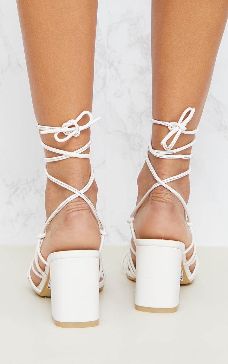 Sandales blanches à talons et lacets montants 4
