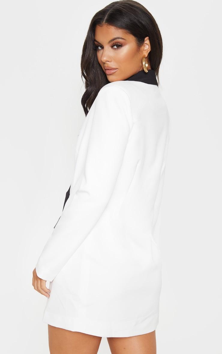 Robe blazer blanche à boutons dorés et col contraste 2