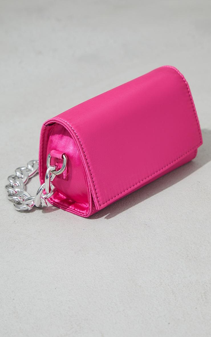 Mini-sac rose vif satiné à chaîne argentée 2