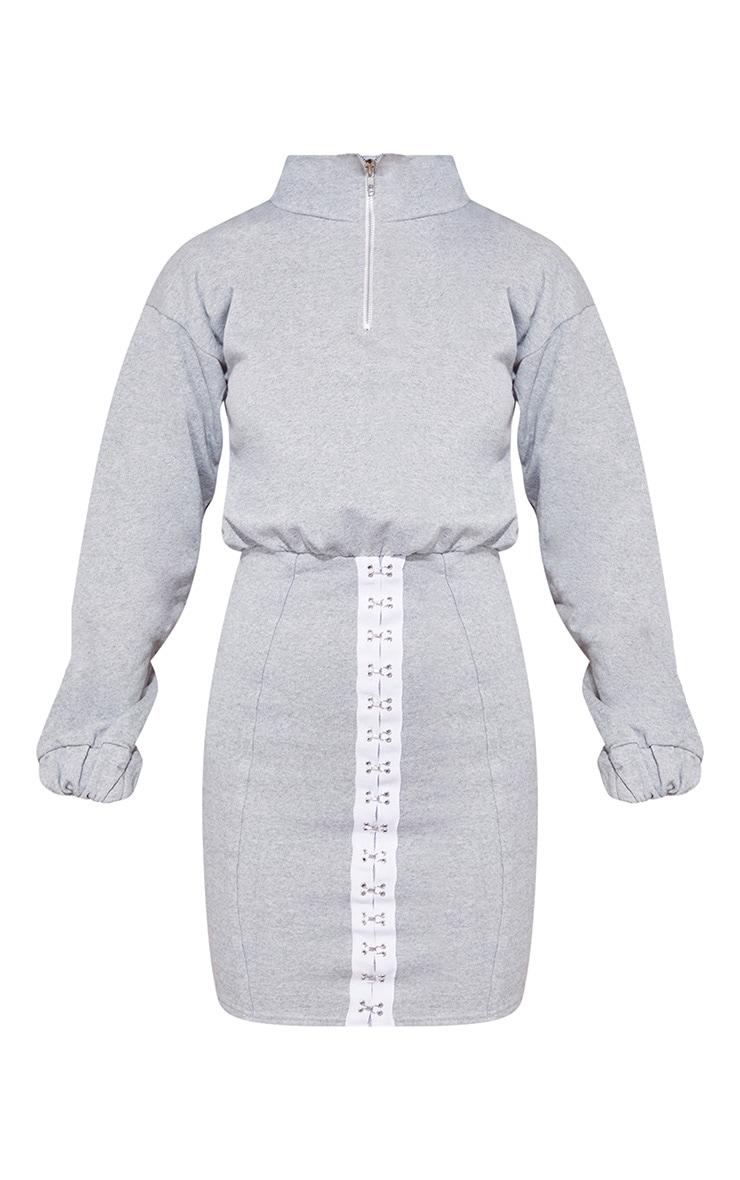 Robe pull grise à oeillets et col haut 4