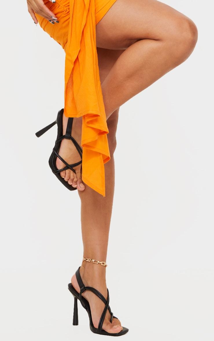 Sandales à talons hauts évasés en similicuir noir et bride orteil 1
